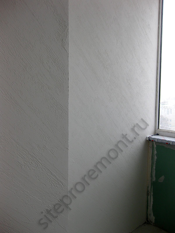 Стена, оформленная декоративной штукатуркой Дождь