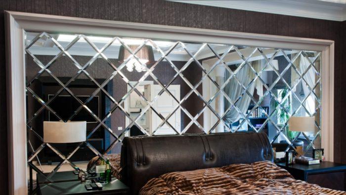 Спальня с оригинальной зеркальной стеной