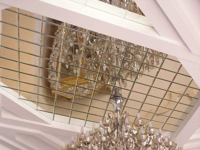 Отражение люстры в зеркальном потолке