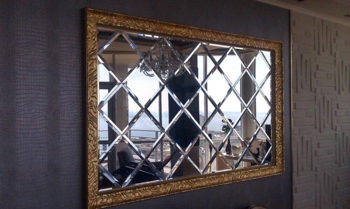 Зеркало с ромбами на стене