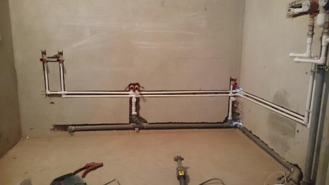 Прокладка труб водоснабжения и канализации в стене