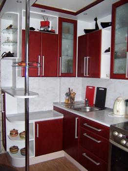П-образная кухня в бордовых оттенках